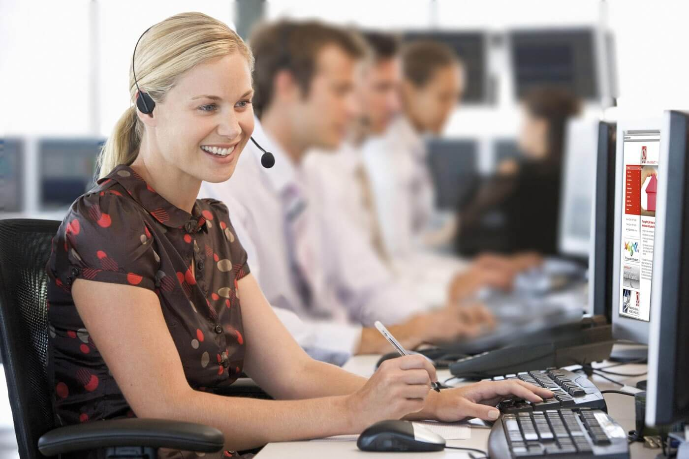 Call Center Agentin mit Headset